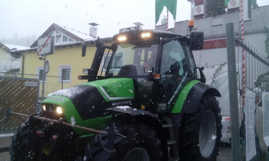 Ein großes Schloss braucht einen großen Traktor :-) Unter diesem Moto hat FARMER FAhrzeugtechnik seinen Deutz 430 TTV Agrotron als Zugpferd für den Faschingsumzug in Weer zur Verfügung gestellt.